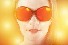 Изумленная девушка в солнечных очках с отражением Стоковые Изображения RF