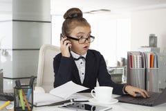 Изумленная девушка дела в офисе Стоковое Фото
