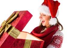 Изумленная девушка раскрывая волшебный подарок рождества Стоковые Изображения