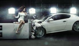 Изумленная женщина как заверитель к аварии Стоковое Изображение RF