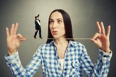Изумленная женщина смотря малого человека Стоковое Изображение RF