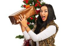 Изумленная женщина с подарком на рождество стоковое изображение rf