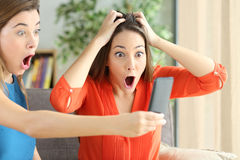 Изумленные девушки с онлайн продвижением Стоковые Фотографии RF