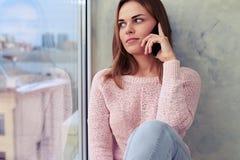 Изумленный взгляд маленькой девочки во время телефонного разговора, cl Стоковые Изображения