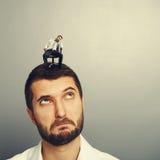 Изумленный молодой человек смотря пробуренного человека Стоковые Фотографии RF