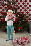 Изумленный ребенк держа подарки рождества стоковые изображения