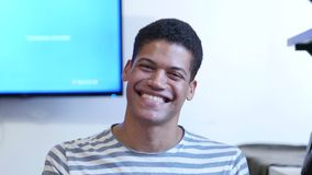 Изумленный, удивленный молодой чернокожий человек сток-видео