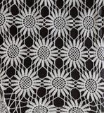 Изумляющ, сметанообразная ая-бел связанная картина текстурировала предпосылку на темноте Стоковая Фотография