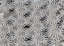 изумляющ, сметанообразная ая-бел связанная картина текстурировала предпосылку на темноте, крупный план Стоковые Фотографии RF