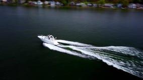 Изумляя воздушный взгляд трутня 4k на роскошной белой моторной лодке плавать плавать прочь медленно в спокойном темносинем seasca сток-видео