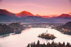 Изумляя кровоточенное озеро на заходе солнца, Словения, Европа стоковые фото