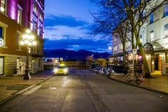 Изумляя район на ноче - старый городок Ванкувера Gastown - ВАНКУВЕР - КАНАДА - 12-ое апреля 2017 стоковые фото