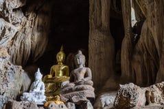 Изумляя статуи Будды в красивой пещере, святом естественном буддийском святилище в Таиланде Стоковое Фото