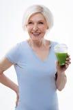 Изумляя усмехаясь женский представлять с smoothie Стоковые Фото