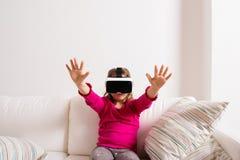 Изумлённые взгляды виртуальной реальности девушки нося Съемка студии, космос экземпляра Стоковые Изображения RF