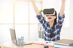 Изумлённые взгляды виртуальной реальности женщины нося Стоковое Фото