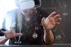 изумлённые взгляды виртуальной реальности умного доктора нося в современных wi офиса Стоковое Изображение RF