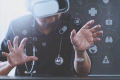 изумлённые взгляды виртуальной реальности умного доктора нося в современных wi офиса Стоковая Фотография