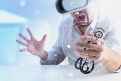 изумлённые взгляды виртуальной реальности умного доктора нося в современных wi офиса Стоковая Фотография RF
