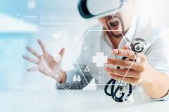 изумлённые взгляды виртуальной реальности умного доктора нося в современных wi офиса Стоковые Фото