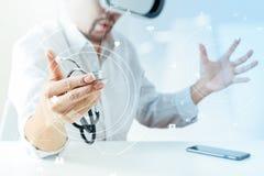 изумлённые взгляды виртуальной реальности умного доктора нося в современных wi офиса Стоковое Фото