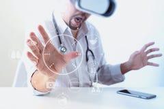 изумлённые взгляды виртуальной реальности умного доктора нося в современных wi офиса Стоковые Фотографии RF
