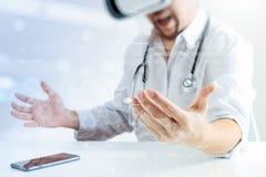 изумлённые взгляды виртуальной реальности умного доктора нося в современных wi офиса Стоковое фото RF