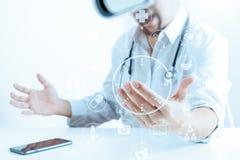 изумлённые взгляды виртуальной реальности умного доктора нося в современных wi офиса Стоковые Изображения RF