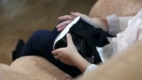 Изумлённые взгляды HD виртуальной реальности мальчика нося акции видеоматериалы