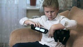 Изумлённые взгляды HD виртуальной реальности мальчика нося сток-видео