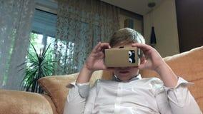 Изумлённые взгляды 4K виртуальной реальности мальчика нося сток-видео