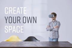Изумлённые взгляды vr творческого бизнесмена нося Стоковые Изображения