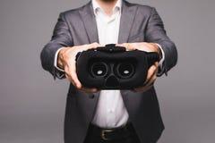 Изумлённые взгляды VR Человек дает, указал изумлённые взгляды виртуальной реальности смотря кино или играя видеоигры изолированны стоковые изображения