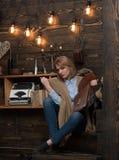 Изучать время Студент женщины наслаждается прочитать грамотность Студент получает знание от книги Знание и чтение стоковая фотография rf