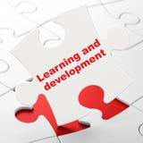Изучать концепцию: Учить и развитие на предпосылке головоломки Стоковая Фотография RF