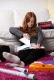 Изучать примечания девушки срывая стоковое фото rf