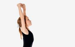 Изучать танец занятый сделать тренировки Маленькая балерина в балетной пачке на белой предпосылке студии Стоковые Изображения RF