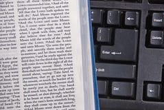 изучение библии он-лайн Стоковое фото RF