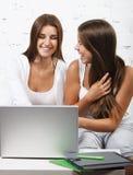 Изучение девушки студента средней школы Стоковое Изображение RF