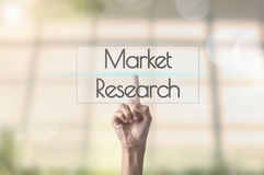 Изучение рыночной конъюнктуры кнопки отжимать руки бизнесмена знак на virtua Стоковые Фотографии RF