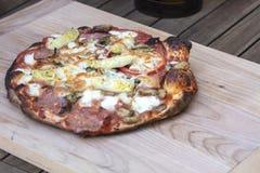 Изысканная домодельная пицца свежая из печи пиццы Стоковые Фотографии RF