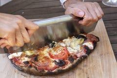 Изысканная домодельная пицца свежая из печи пиццы Стоковые Изображения RF