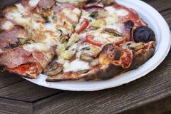 Изысканная домодельная пицца свежая из печи пиццы Стоковое Изображение RF
