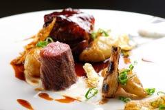 Изысканная кухня, зажаренные стейки овечки с соусом порта Стоковые Изображения RF