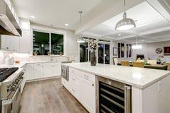 Изысканная кухня отличает белым cabinetry стоковые фотографии rf