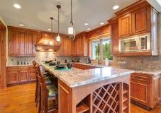 Изысканная кухня похваляется cabinetry клена Стоковая Фотография RF