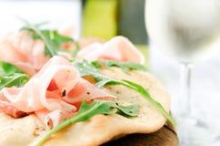 Изысканная пицца с proscuitto и вином стоковые изображения