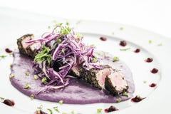 Изысканное азиатское сплавливание опалило тунца и сезам в бураках sauce стоковое фото