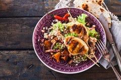 Изысканное блюдо протыкальника цыпленка барбекю с квиноа Стоковые Фото