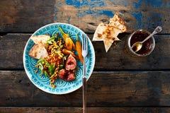 Изысканные блюдо и маринад салата смоквы на деревенской древесине Стоковая Фотография RF